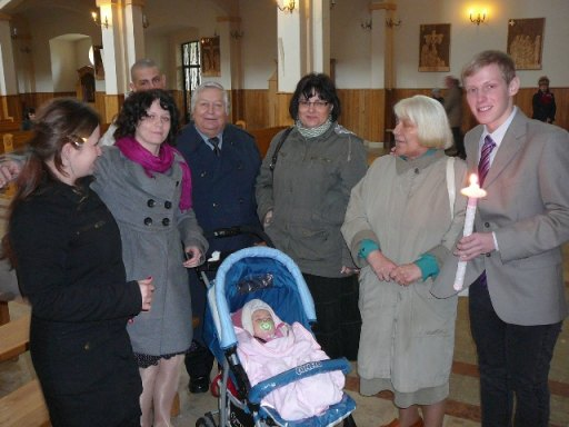 śpiąca Pola i rodzina która przyszła do kościoła. - 43kB