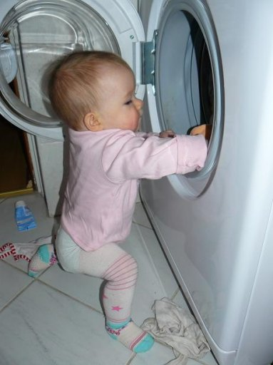 Maja pilnuje żeby pranko było nieskazitelnie czyste.