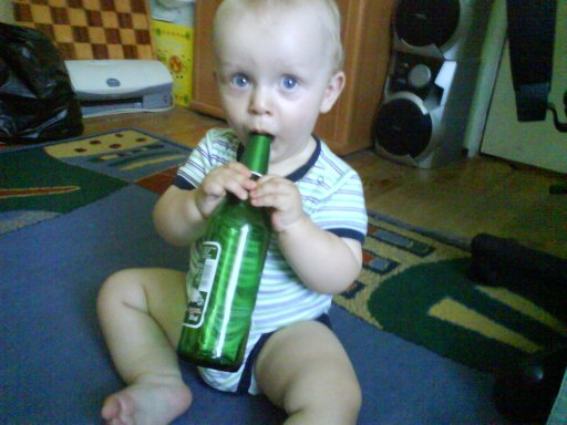 od małego ma zamiłowanie do butelki....