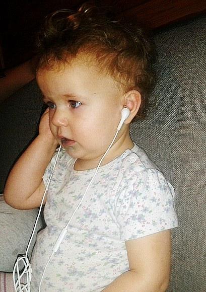 Basia słucha muzyki :)