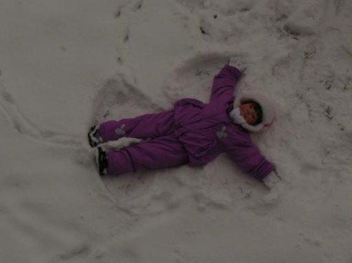 Maja uwielbia zabawy na śniegu, a w szczególności robienie aniołków;-) - 19kB
