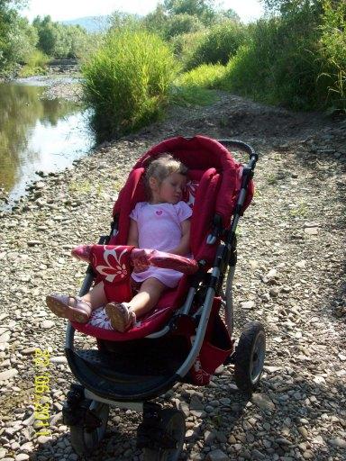 A tak bardzo chciała wrzucać kamyczki do rzeki.