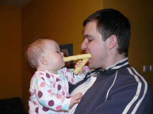 Maja dzieli się wszystkim z tatulkiem.