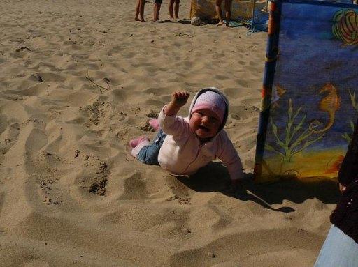 Majeczka pierwszy raz widziała morze i plażę. Zasuwała na kolanach tak szybko, że aż się za nią kurzyło - 45kB