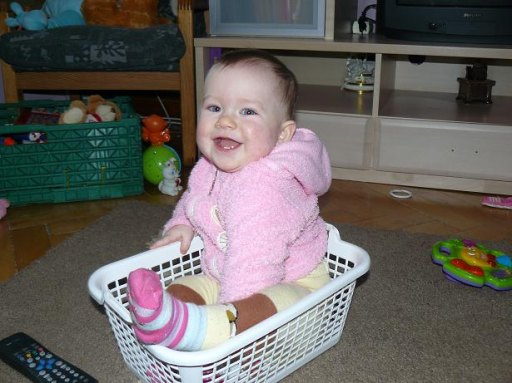 mamusia tak sprzątała, że przez przypadek włożyła swoją córcie do koszyczka.