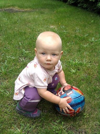Zabawa piłką w klubie malucha.