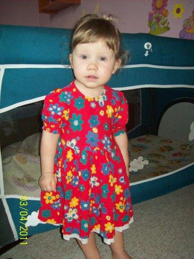 mama założyła córce sukienkę - 54kB